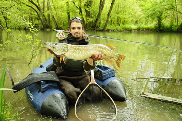 Float tube prise brochet Pêche à la mouche en FLOAT TUBE, par Marc Millieroux.