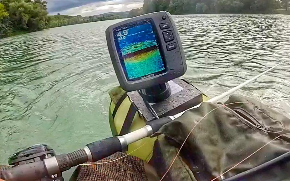 L'écho sondeur m'aide à scruter le fond quand je pêche en vertical