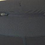 La poche arrière est très extensible ce qui permet de ranger un portable 5 pouces