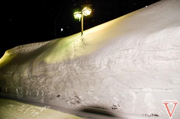 Quelques mètres de neige au bord de la route sur l'ile d'Hokkaido