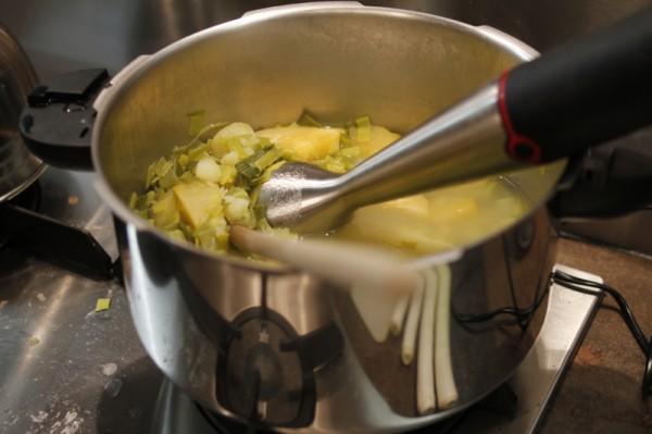 Mouliner les légumes pour la soupe