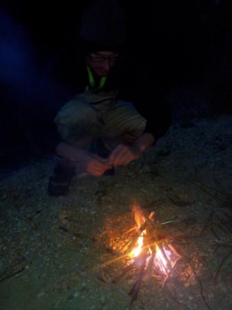 Petit feu sur le bivouac en bordure de Marne