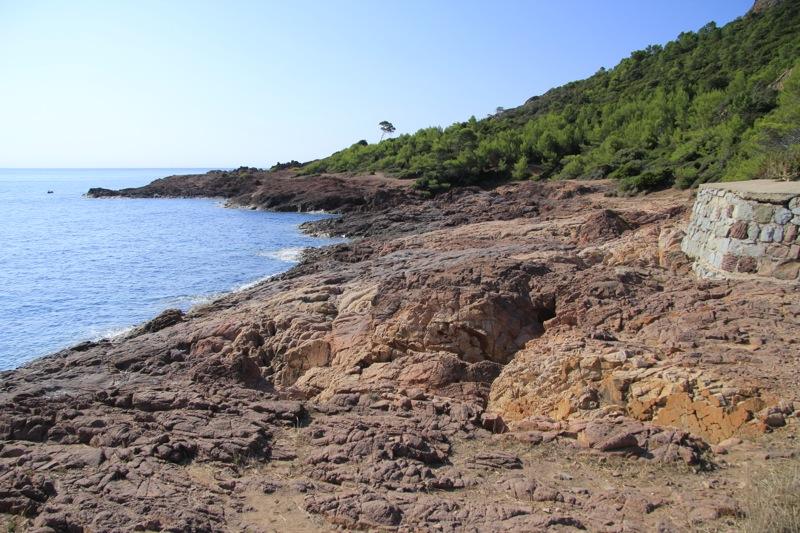 Vue de la plage du Tiki en direction du Cap Dramont