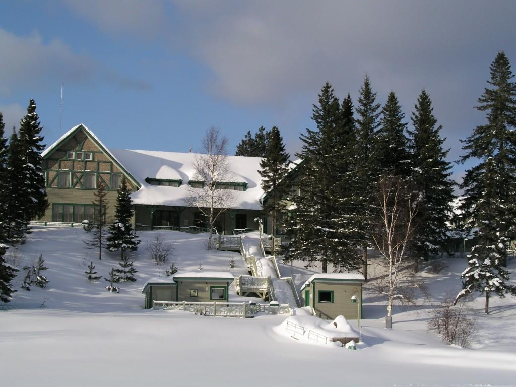 La Seigneurie du Tritton sous la neige pendant l'hiver