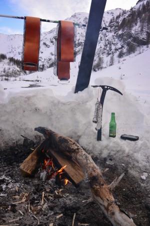 Séchage des peaux de phoque autour d'un feu et de quelques rondelles de saucissons